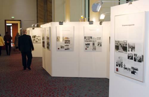 Besucher verlassen eine Ausstellung in der Wandelhalle.