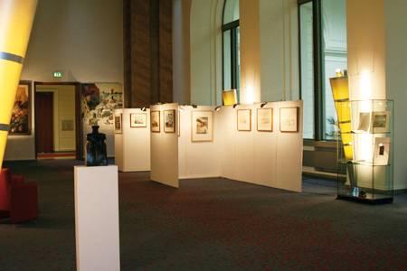Die Wandelhalle mit Stellwänden für Bilder einer Ausstellung