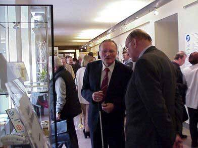 Besucher und Besucherinnen schauen sich eine Ausstellung an.