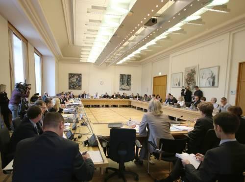 Ein Fachausschuss tagt in einem Sitzungssaal.