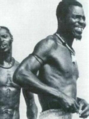 Schwarz Weiß Foto von zwei schwarzen Männern in traditioneller Aufmachung.