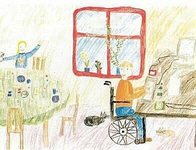 Kinderzeichnung. Ein Junge im Rollstuhl sitzt an einem Computer und schaut hinter sich. Dort sitzt ein Mädchen an einem gedeckten Tisch und reckt die Hände in die Höhe. Im Hintergrund ein Fenster mit roten Rahmen.