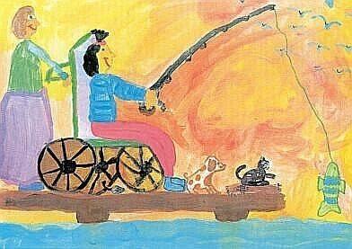 Kinderzeichnung. Ein Mädchen sitzt im Rollstuhl auf einem Steg und angelt. Sie hat einen Fisch gefangen. Vor ihr sitzen ein Hund und eine Katze. Hinter ihr hält eine Frau den Rollstuhl.