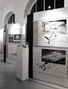 Schwarz-Weiß-Foto einer Ausstellung im Abgeordnetenhaus.
