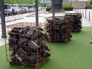 Auf dem Vorplatz des Abgeordnetenhauses liegt grüner Teppich. Darauf stehen drei Metallcontainer. In den Containern liegen alte Schreibmaschinen.