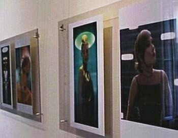 Mehrere Bilder hängen an einer Wand.