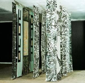 Von der Decke hängende feste Rollos mit abstrakter Malerei in Schwarz Weiß.