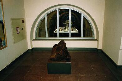 Ein Kunstausstellungsobjekt vor einem Fenster.