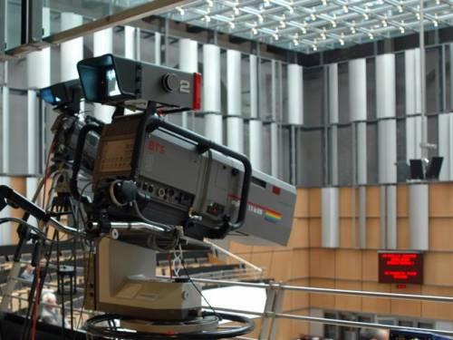 Eine Fernsehkamera im Plenarsaal.