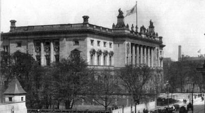 Schwarz Weiß Aufnahme des Abgeordnetenhaus Berlin.