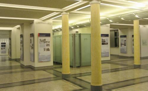 Ausstellungsbereich im Erdgeschoss, vorne Säulen, hinten Infotafeln an den Wänden