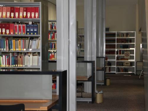Blick in die Bücherregale der Bibliothek des Abgeordnetenhauses.