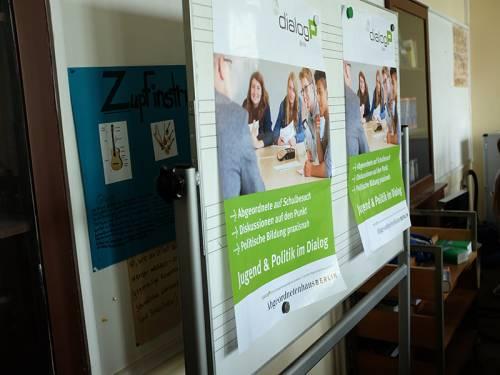 """Plakate der Veranstaltung """"dialogP"""" an einer Schultafel."""