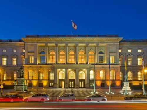 Das Abgeordnetenhaus in der Abenddämmerung.