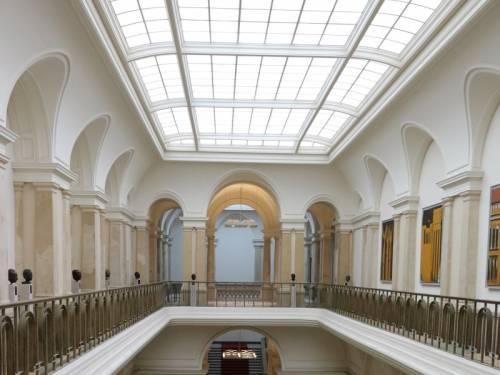 Blick in die Galerie der Eingangshalle mit den Büsten der ehemaligen Präsidenten.