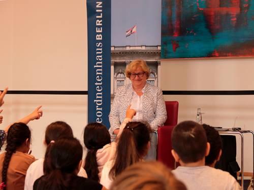 Vizepräsidentin Dr. Schmidt mit Kindern bei den Berliner Märchentagen.