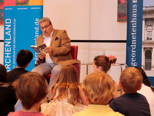 Präsident Wieland liest Kindern aus einem Buch vor.