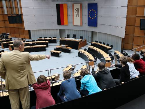 Eine Schülergruppe schaut von der Tribüne in den leeren Plenarsaal