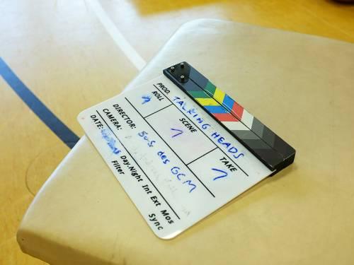 Detailaufnahme einer Filmklappe mit Angabe der Szenen und Takes.