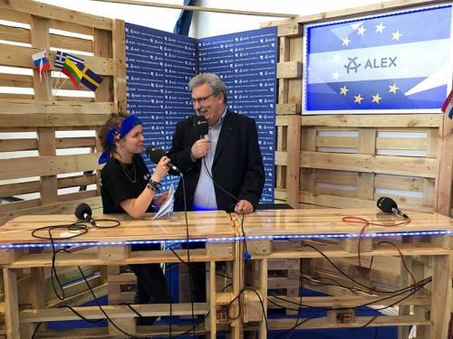 Herr Wieland im Gespräch mit einer jungen Frau in einem mobilen Fernsehstudio.