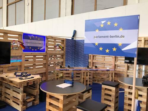 Ein aus Holzpaletten gebautes Fernsehstudio.