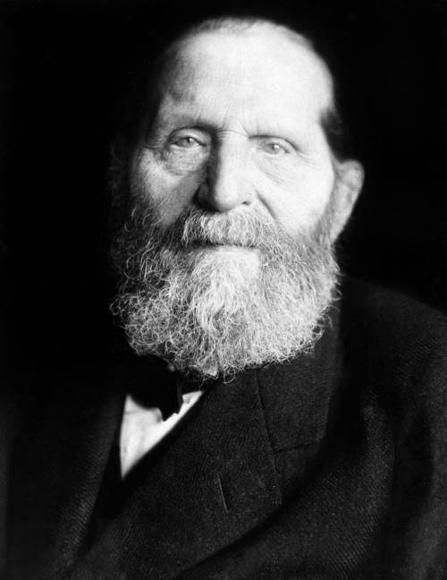 Schwar-Weiß Fotografie eines alten Mannes mit langem Bart.