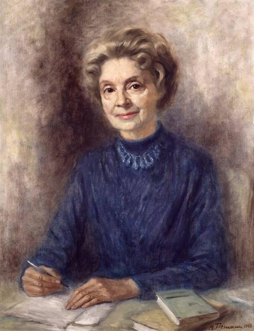 Gemälde einer älteren Frau mit blonden Haaren, die Richtung Betrachter schaut. Sie trägt ein blaues Kleid mit einer blauen Kette und schreibt einen Brief.