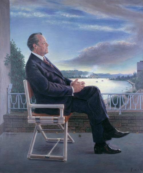Gemälde eines Mannes, der auf einem Klappstuhl sitzt. Man sieht ihn von der Seite. Er trägt einen dunklen Anzug. Im Hintergrund sieht man ein Balkongeländer und einen See.