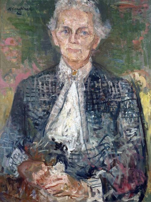 Gemälde einer ältere Frau in einer hochgeschlossenen weißen Bluse mit Medaillon und blauer Jacke. Sie hat weiße Haare und blaue Augen.