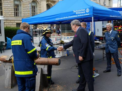 Veranstaltung auf der Straße vor dem Abgeordnetenhaus. Personen vom Technischen Hilfswerk begrüßen Ralf Wieland.