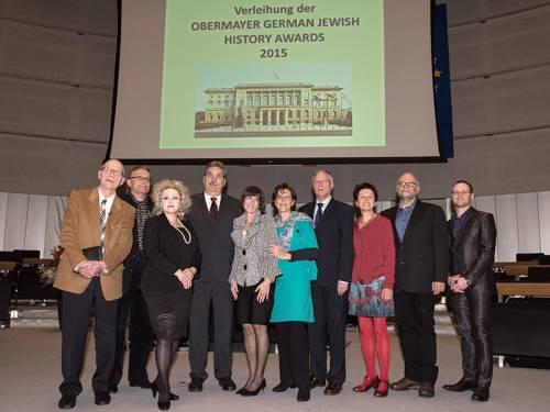 Gruppenfoto im Plenarsaal des Abgeordnetenhaus zur Verleihung der Obermayer Awards 2015.