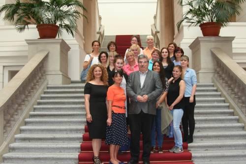Gruppenfoto mit Kitaleiterinnen und Ralf Wieland auf der Treppe des Abgeordnetenhaus.