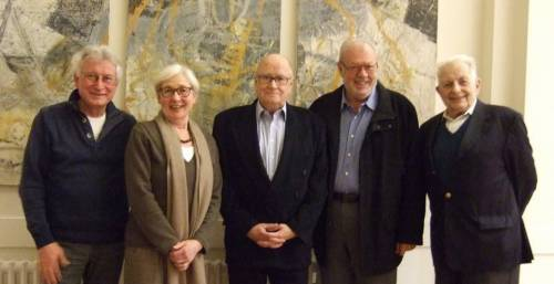 Gruppenfoto von vier älteren Männern und einer alteren Frau. Alle lachen in die Kamera.
