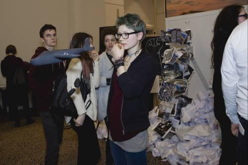 Schüler und Schülerinnen schauen sich eine Ausstellung an.
