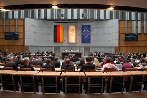 Blick von der hinteren Wand in den Plenarsaal während einer Sitzung.