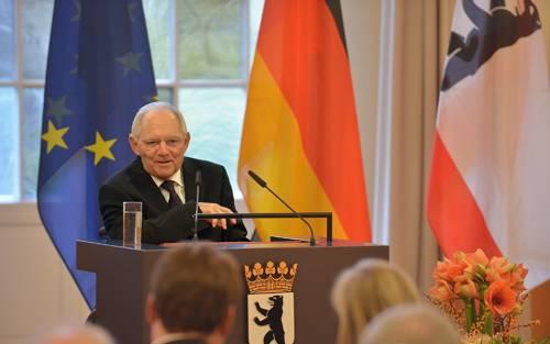 Dr. Wolfgang Schäuble spricht in ein Mikrofon. Hinter ihm hängen die Flaggen von Europa, Deutschland und Berlin.