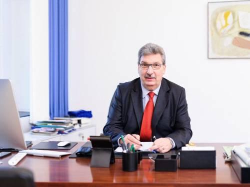 Portrait von Ralf Wieland am Schreibtisch.