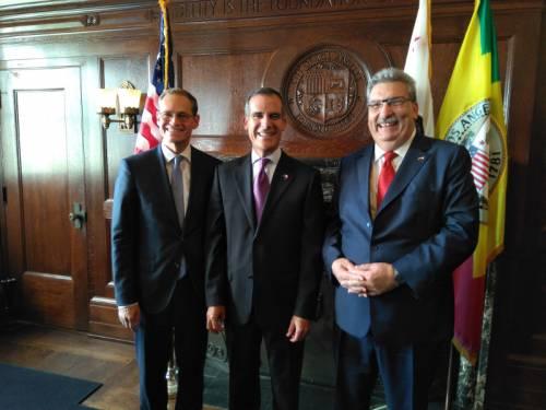 Ralf Wieland und Michael Müller beim Gruppenfoto mit dem Bürgermeister von Los Angeles. Alle lächeln in die Kamera.