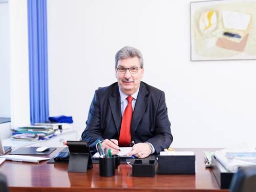 Portraitaufnahme Ralf Wieland sitzend am Tisch.