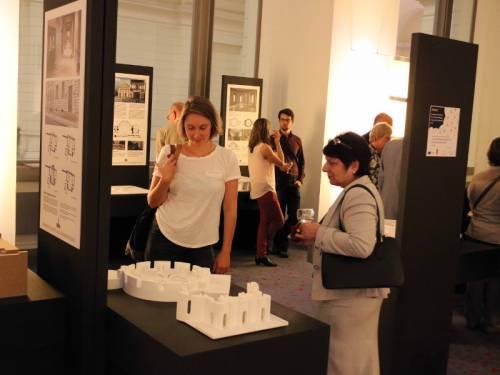 Ausstellung mit Tafeln, Modellen und Besuchern.