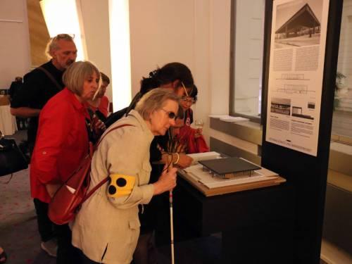 Ausstellung. Besucher stehen vor dem Modell der Nationalgalerie.