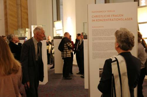 Besucherinnen und Besucher schauen sich eine Ausstellung an.