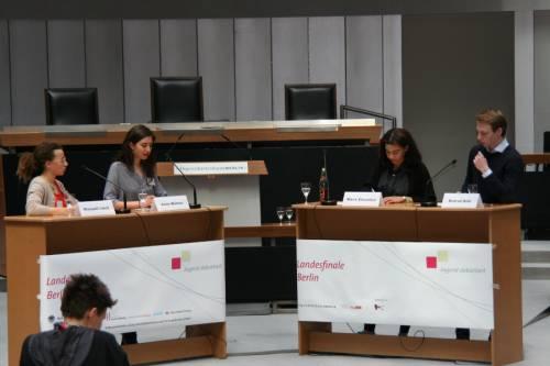 Schhülerinnen und Schüler stehen an zwei Podien. Vor sich haben sie Mikrofone. Es ist das Landesfinale von Jugend debattiert im Abgeordnetenhaus Berlin.