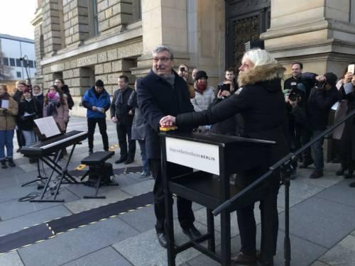 Präsident Wieland und Senatorin Günther schalten gemeinsam die Weihnachtsbaumbeleuchtung vor dem Abgeordnetenhaus ein.