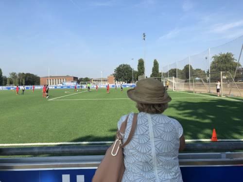 Die Vizepräsidentin des Abgeordnetenhaus schaut Jungen beim Fußballspiel zu.