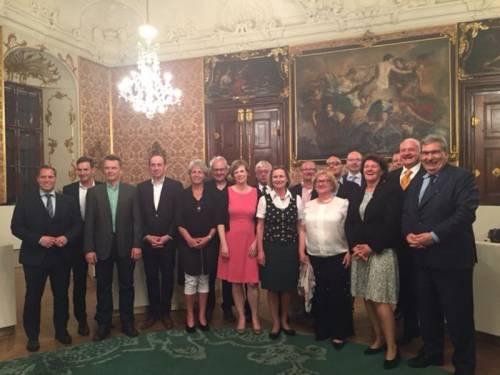 Gruppenfoto in einem barocken Saal mit Ralf Wieland und anderen Abgeordneten.