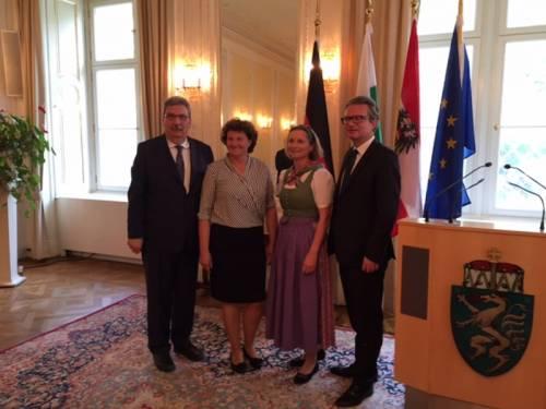 Gruppenfoto mit Ralf Wieland, zwei Frauen und einem anderen Mann. Eine Frau trägt Tracht.