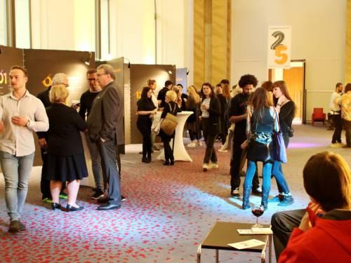 Besucher schauen sich in der Wandelhalle eine Ausstellung an