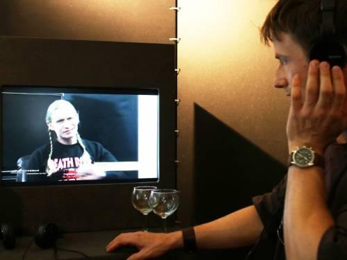 Ein Mann schaut  auf einen Bildschirm