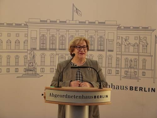 Dr. Manuela Schmidt steht am Podium und redet.